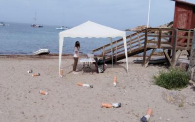 Enormes colillas inundan las Playas de Sant Josep para concienciar a los ciudadanos
