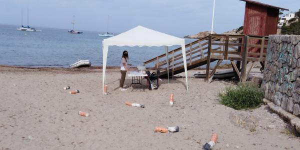 Enormes llosques inunden les platges de Sant Josep per a conscienciar als ciutadans